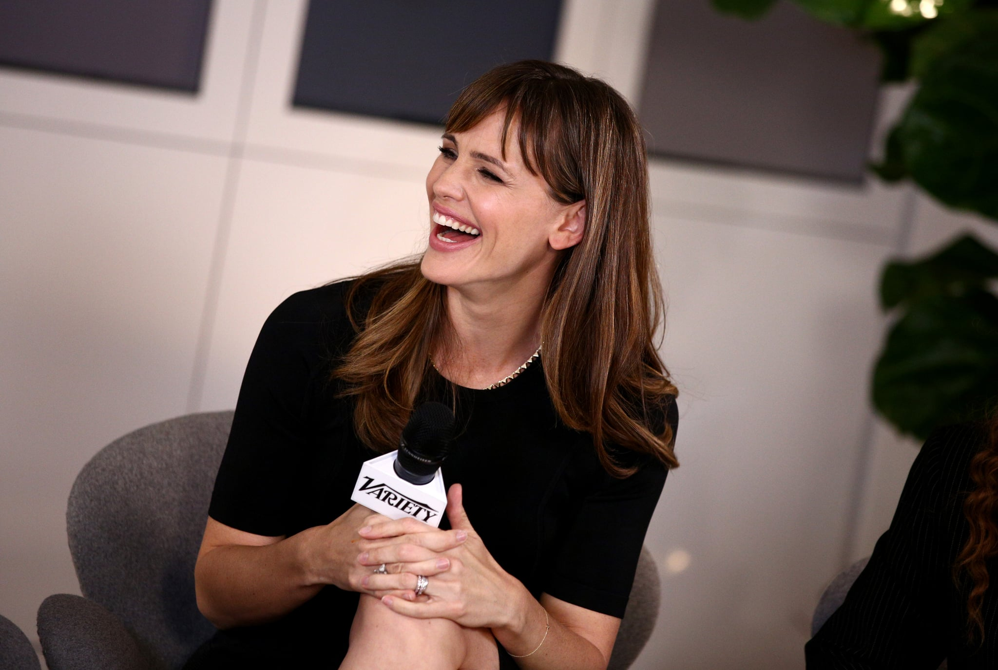 Jennifer Garner chatted with fellow actresses.