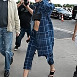 بيلا حديد ترتدي تي شيرت مقصوص في باريس