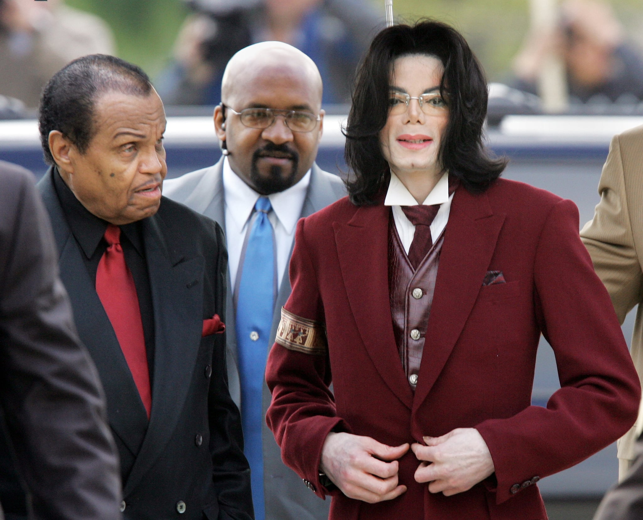 Michael Jackson (R) and his father Joe Jackson (L) arrive with a security guard (C) at the Santa Barbara County courthouse April 27, 2005, in Santa Maria, California for Michael Jackson's child molestation trial.   (Pool photo by Justin Sullivan) (Photo by Pool Photographer/WireImage)