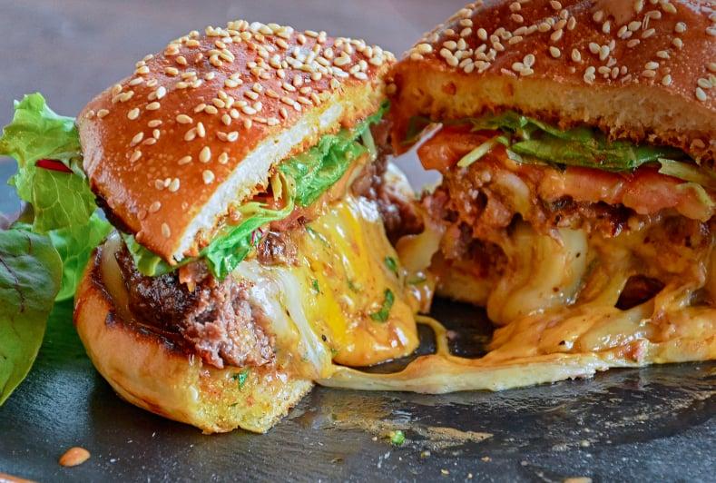 برغر Big Smoke Burger بالجبن المدخ ن Popsugar Middle East Food