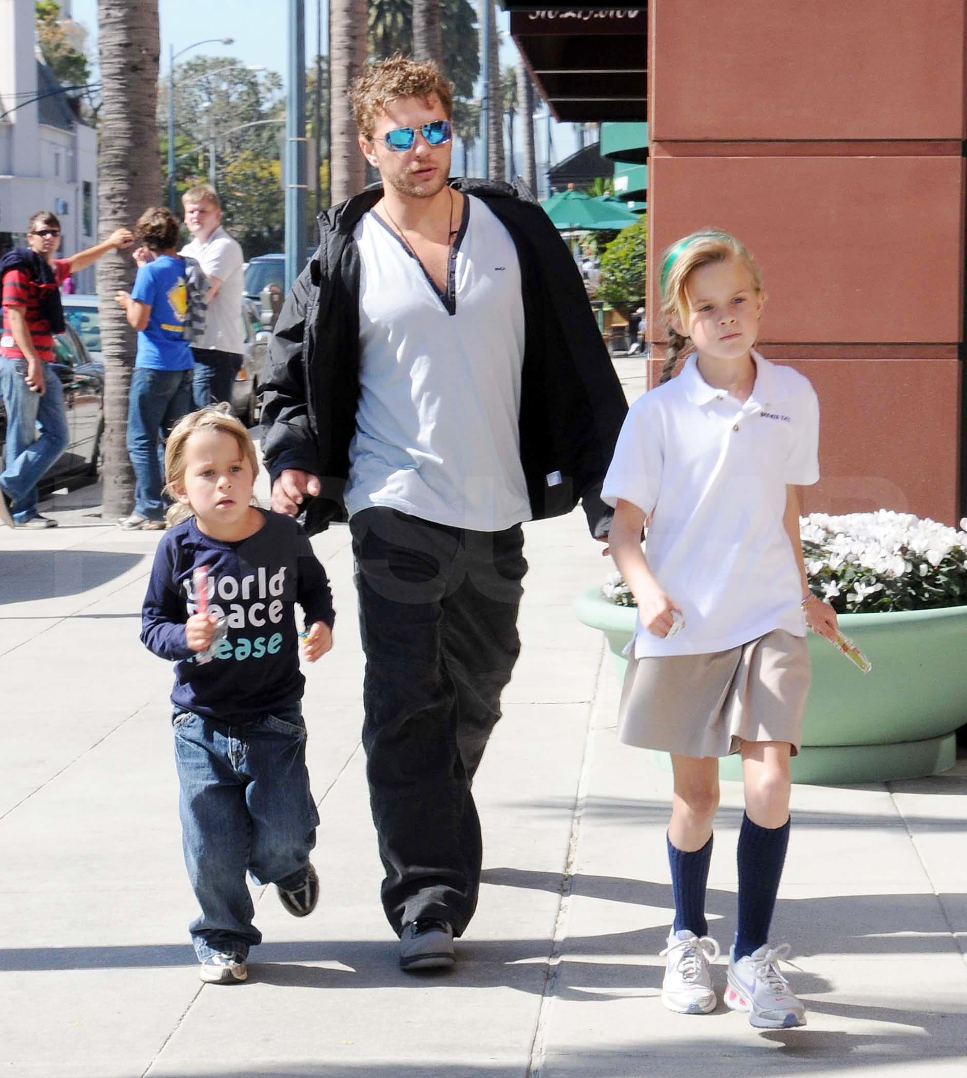 Photos of Ryan Phillippe Out with His Kids Ava and Deacon ... Ryan Phillippe Children
