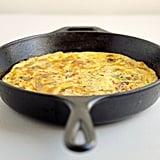 الفريتاتا بجبنة الشيدر، واللّحم المقدد، والكراث