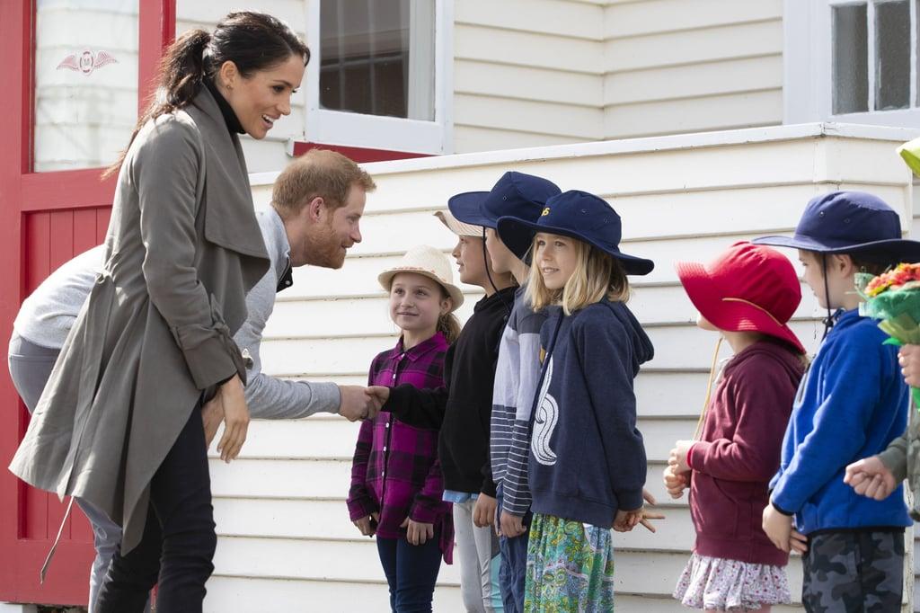 ميغان ماركل تهدئ طفلاً صغيراً باكياً في نيوزيلندا