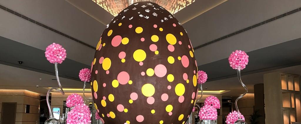 تحتوي بيضة الشوكولاته الهائلة هذه على 436,000 سعرة حراريّة... لكن لا تظنّوا بأن يثنينا ذلك عن الرغبة بأكلها نهائيّاً