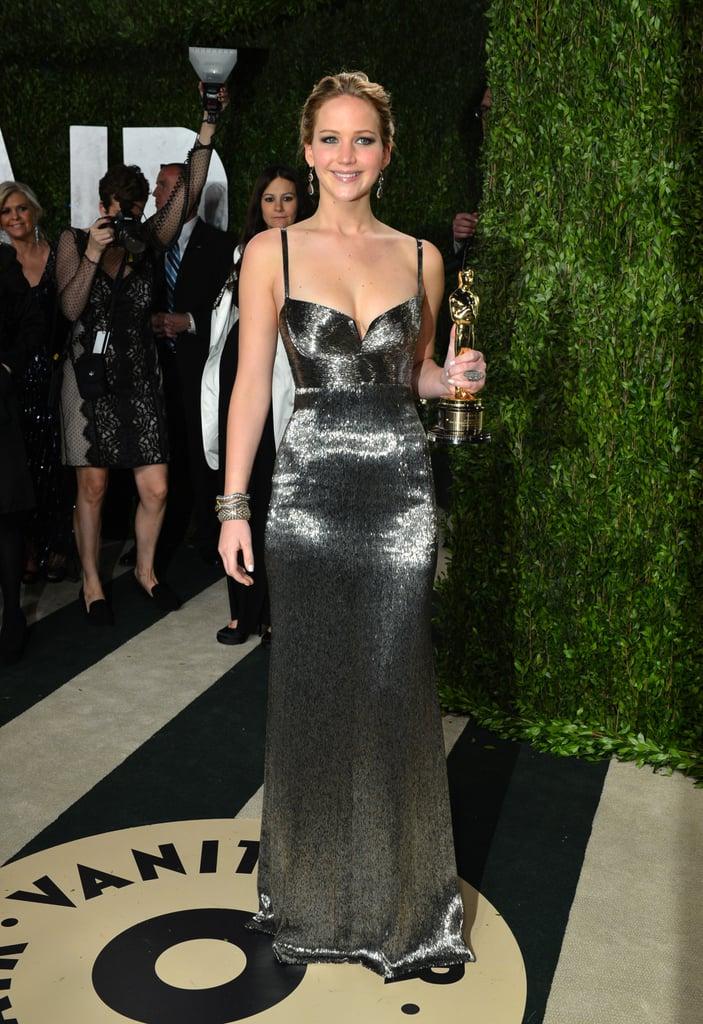 بعد الاحتفال (أو بعد توزيع الجوائز)، يقام حفل ما بعد الحفل، أليس كذلك؟ لقد تألقت جينيفر كالجائزة التي حازت عليها في الحفل الذي تبع فانيتي فير بفستانها من كالفن كلاين.