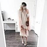 Ein dünnes Kleidchen, ein lockerer Pulli und ein Mantel