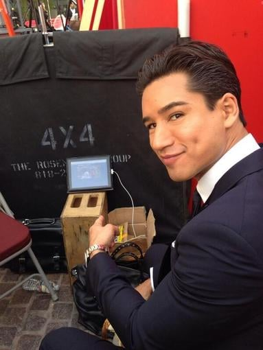 Mario Lopez watched some football on his iPad while on the Golden Globes red carpet. Source: Twitter user MarioLopezExtra