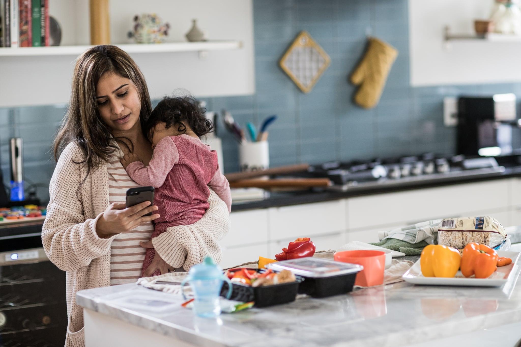 Mère, tenue, bébé, multi-tâches, cuisine