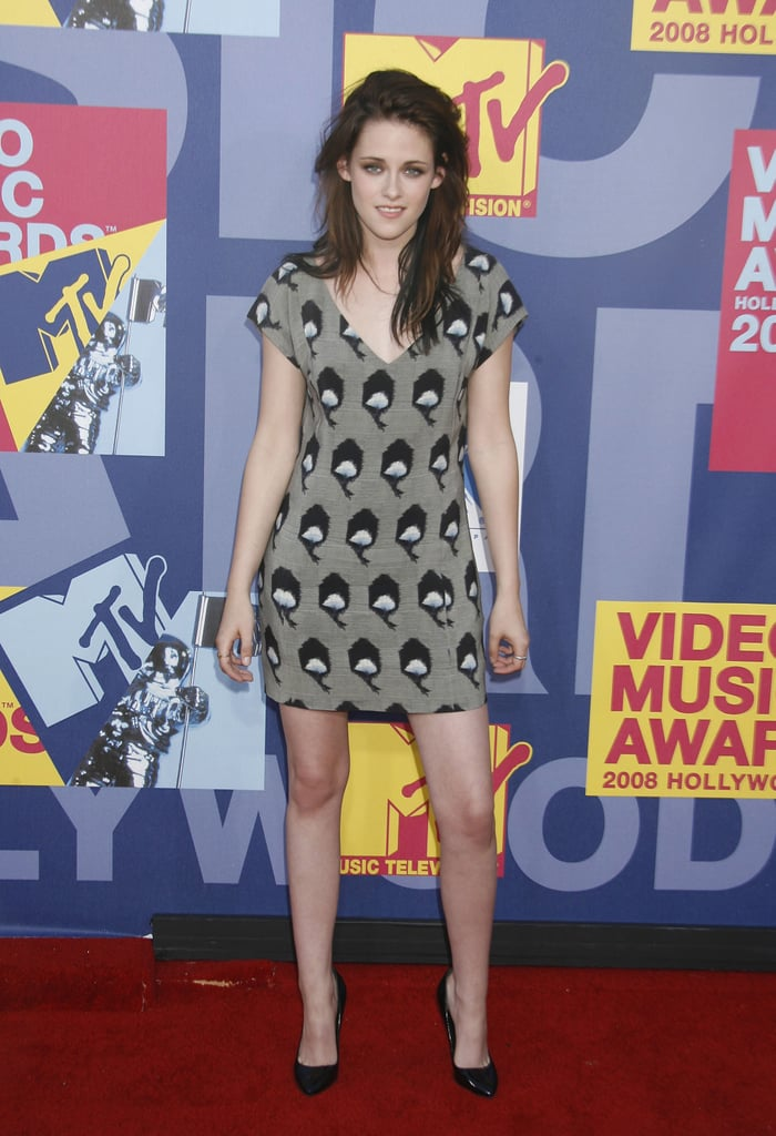 For the 2008 MTV Music Awards, Stewart slipped into a printed sheath and pointed-toe black pumps.