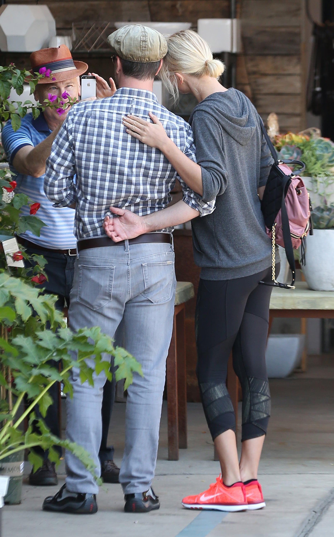 Celebrity Entertainment Taylor Swift Pops Up In La Following Boyfriend Calvin Harris S Car Accident Popsugar Celebrity Photo 5