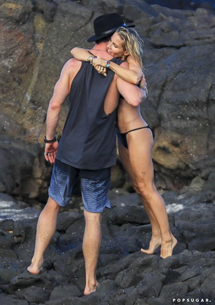 Chris hemsworth and elsa pataky kiss on the beach april for Elsa pataky y chris hemsworth