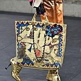 """كما كانت حقائب الـ""""توت"""" مطبوعة بالأحرف الهيروغليفية التي تشبه (الغرافيتي)، فنّ الكتابة على الجدران"""