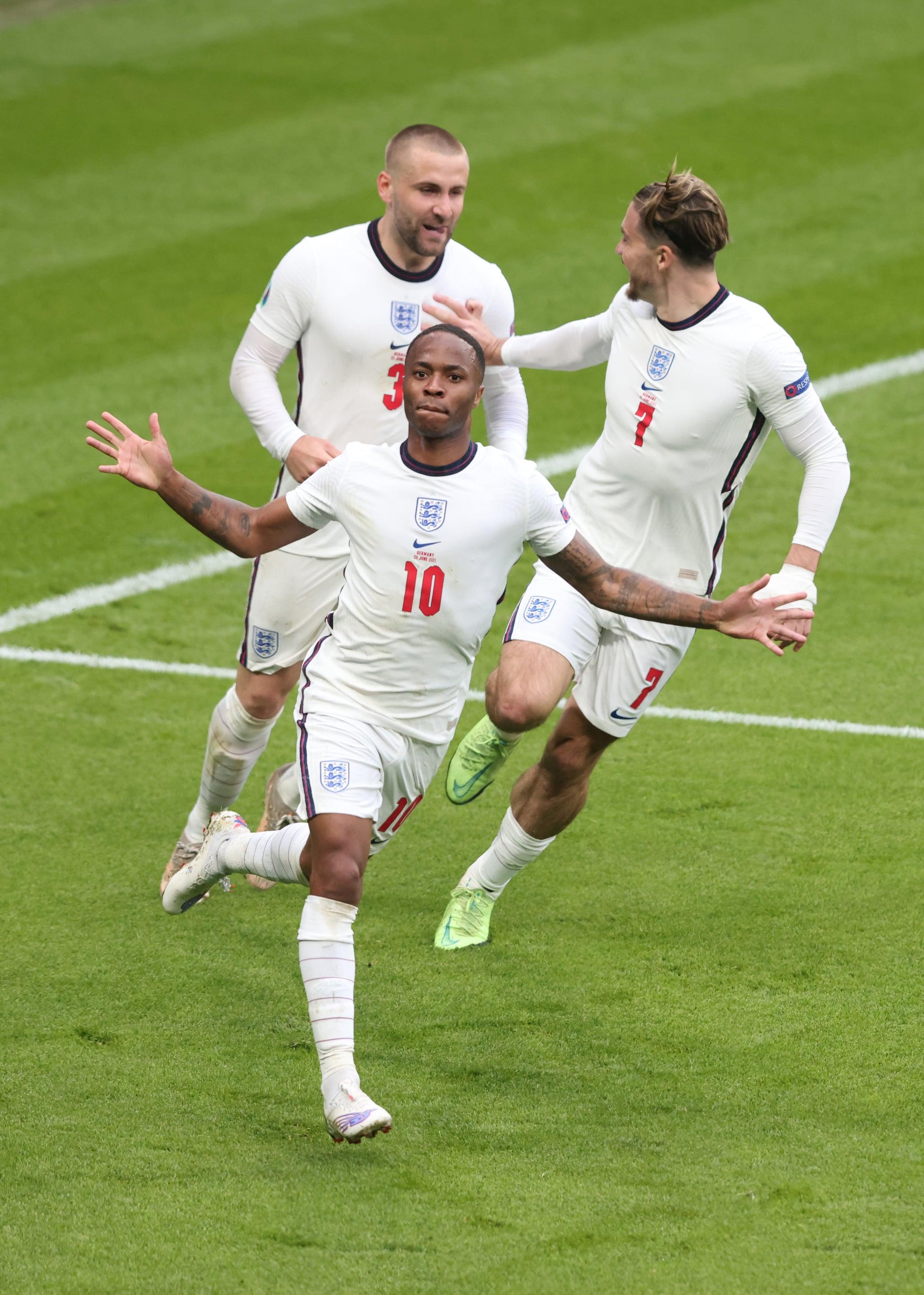 لندن ، انگلستان - 29 ژوئن: رحیم استرلینگ از انگلیس در بازی رفت مرحله یک هشتم نهایی قهرمانی یورو 2020 بین انگلیس و آلمان در ورزشگاه ومبلی در 29 ژوئن 2021 در لندن ، انگلستان ، دروازه آغازین را با جک گریلیش و لوک شاو جشن می گیرد.  (عکس از مارک اتکینز / گتی ایماژ)
