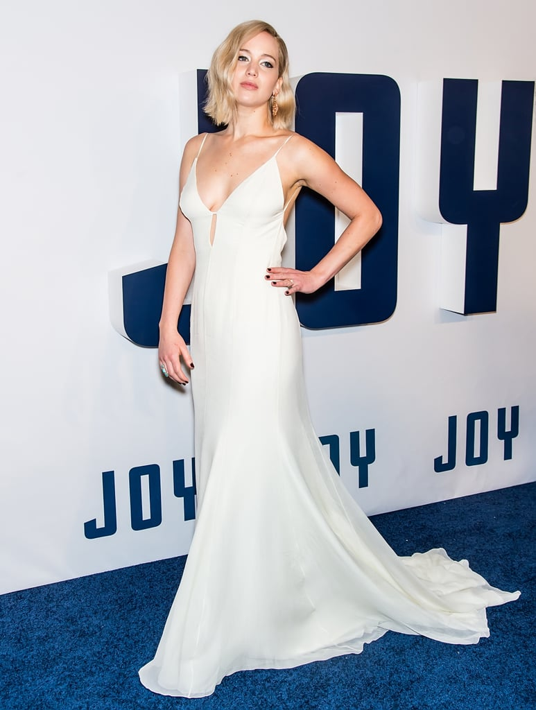 لم نتمكّن من أن نحرف أعيننا عن جينيفر في العرض الأول في نيويورك لفيلم جوي، حيث اكتست الممثلة الشهيرة بثوب كريمي من ديور وتزيّنت بقرطين متدليين.