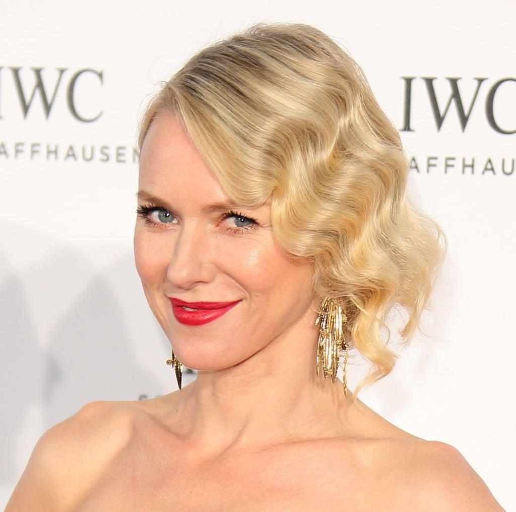 Naomi Watts wore intricate gold dangle earrings.