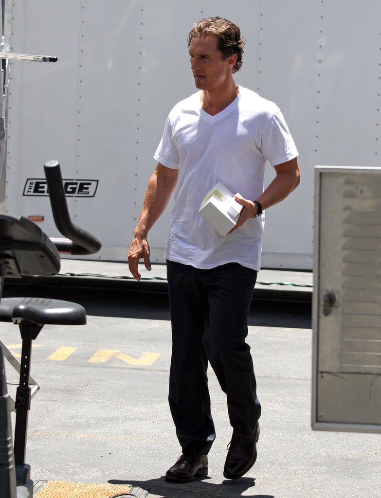 Ryan Phillippe Shows Off His Muscles & Grabs Lunch On Set