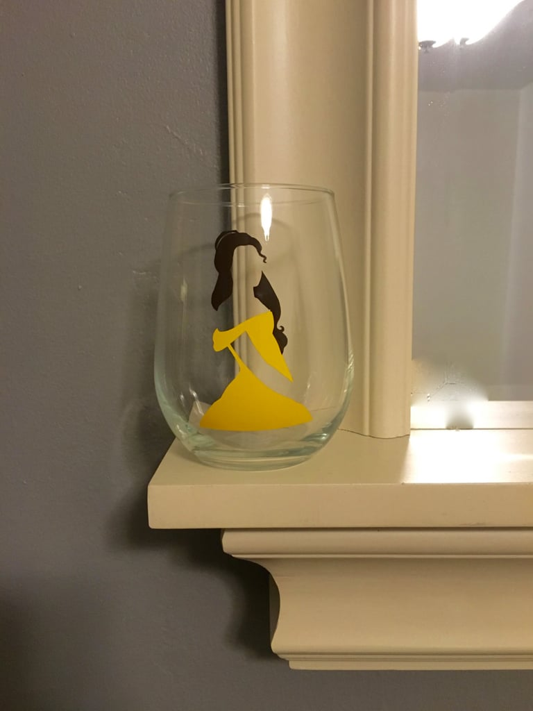 كأس زجاجيّ يحمل طبعة بيل (بسعر 12$ دولار أمريكي؛ 45 درهم إماراتي/ريال سعودي)