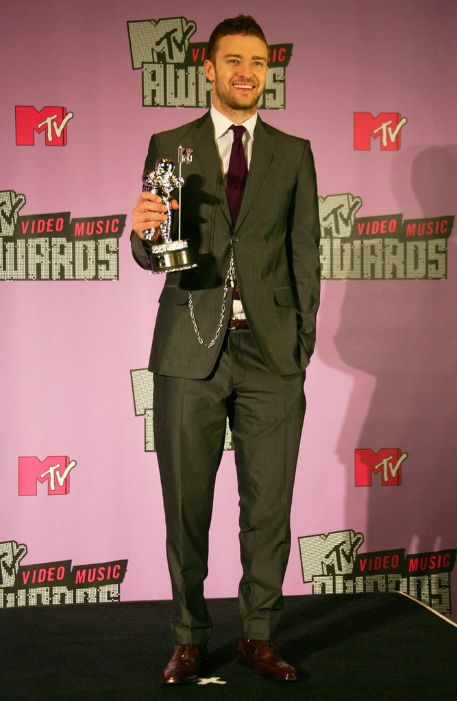 Justin sported a maroon tie and pocket watch at the MTV VMAs in 2007.