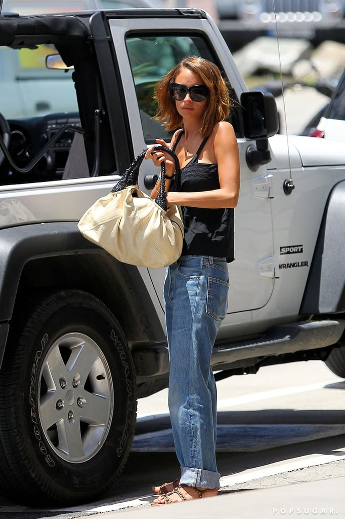 Nicole Richie unloaded a Jeep.