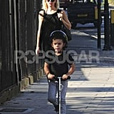 Gwen Stefani and Kinston Rossdale played on the streets of London.