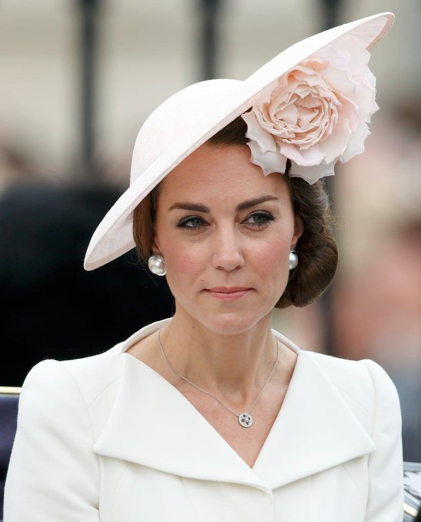 اختارت الدوقة قبّعة مذهلة من تصميم فيليب تريسي لمراسم Trooping the Colour، خلال عيد ميلاد الملكة التسعين في عام 2016.