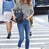 جيزيل بوندشين ترتدي الجينز مع قميص مخطّط