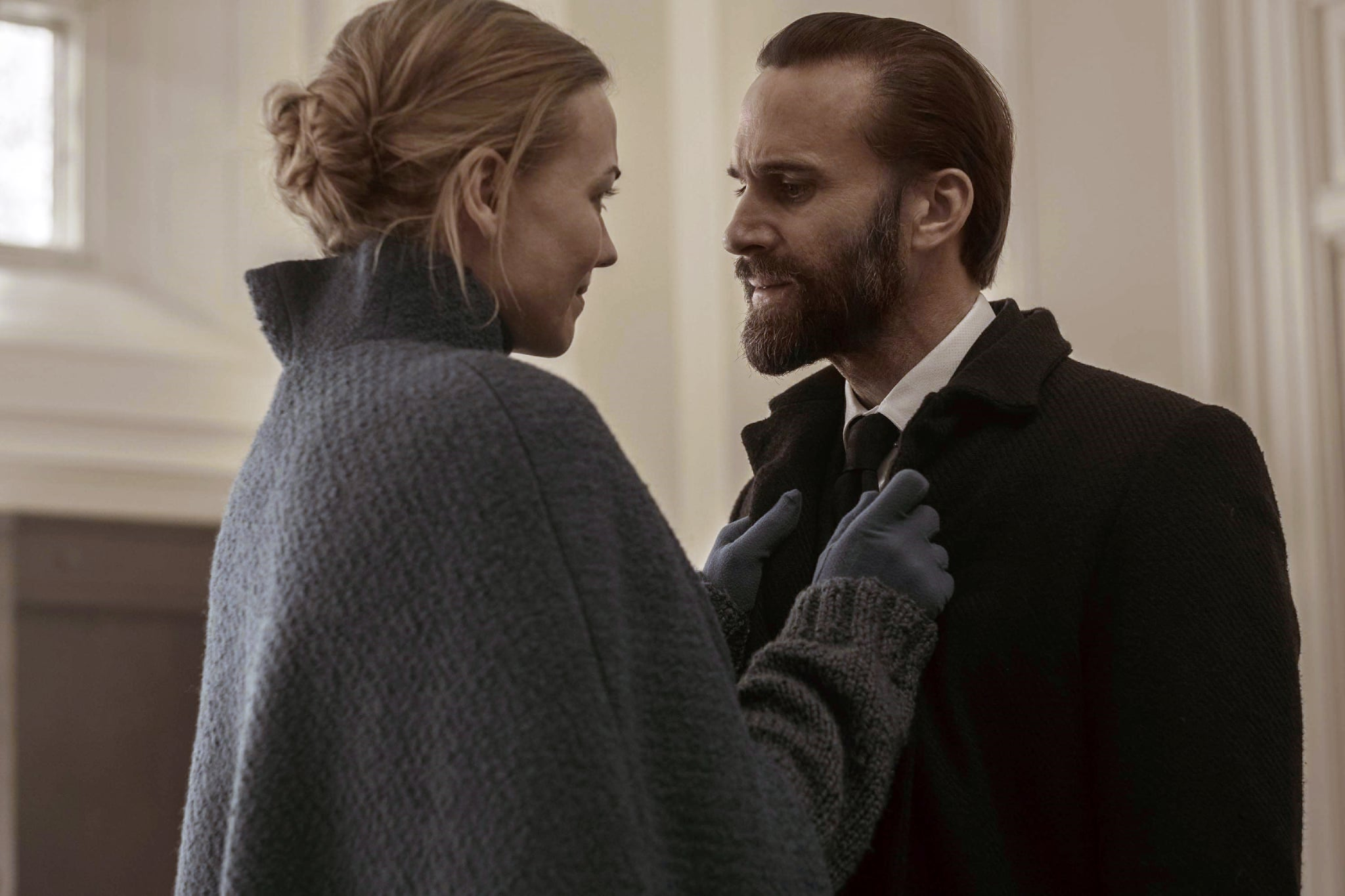 THE HANDMAID'S TALE, l-r: Yvonne Strahovski, Joseph Fiennes in 'Holly' (Season 2, Episode 11, aired June 27, 2018).  Hulu/courtesy Everett Collection