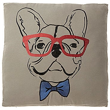 وسادة كبيرة الحجم عليها طبعة كلب البولدوغ الفرنسي من Loom & Mill (بسعر 30$ دولار أمريكي؛ 111 درهم إماراتيّ/ريال سعوديّ)