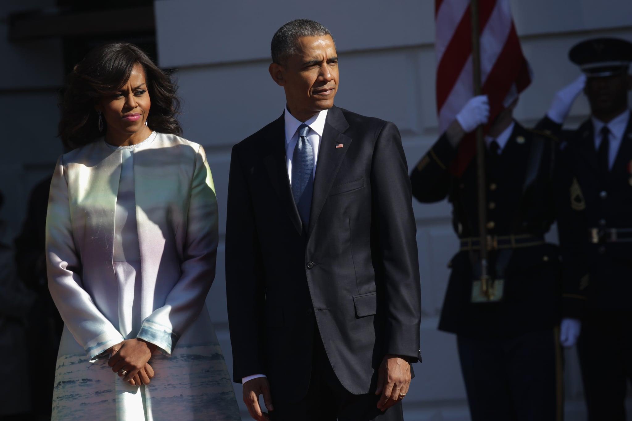 واشنگتن ، دی سی - 28 آوریل: (خبرگزاری فرانسه) باراک اوباما رئیس جمهور آمریکا (R) و میشل اوباما بانوی اول (L) منتظر ورود نخست وزیر ژاپن شینزو آبه و همسرش آکی آبه هنگام مراسم رسمی ورود به چمن جنوبی هستند کاخ سفید 28 آوریل 2015 در واشنگتن دی سی  نخست وزیر ژاپن و همسرش در سفر رسمی به واشنگتن هستند.  (عکس از الکس وونگ / گتی ایماژ)