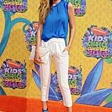 أبرزت العارضة إطلالة مشرقة باللّونين الأبيض والأزرق الكوبالت خلال حفل جوائز Nickelodeon Kids' Choice Awards في كاليفورنيا عام 2014.