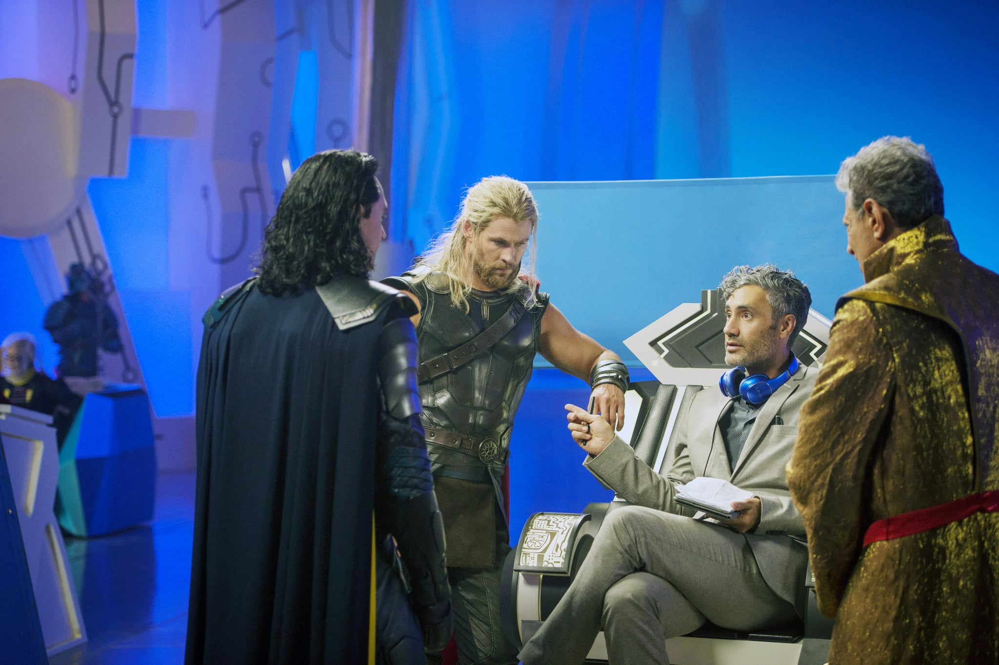 THOR: RAGNAROK, from left: Tom Hiddleston, as Loki, Chris Hemsworth, as Thor, Director Taika Waititi, Jeff Goldblum, as The Grandmaster, on set, 2017. ph: Jasin Boland/ Marvel /  Walt Disney Studios Motion Pictures /Courtesy Everett Collection