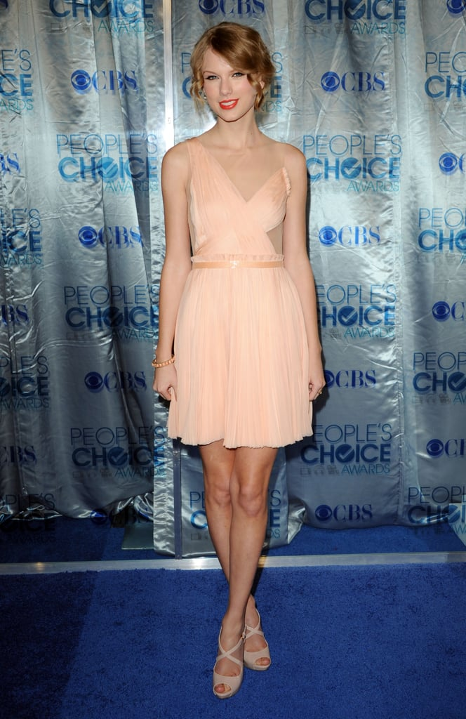 Taylor Swift went ladylike in peach and her usual makeup when she hit the blue carpet at the People's Choice Awards —what do you make of her look? The singer, who just split from Jake Gyllenhaal, kept her ladies Aly and AJ Michalka close by. Taylor's sweet dress pick was one of the many great looks at the show, so make sure to check out Fab and Bella for all their love it or hate it polls!