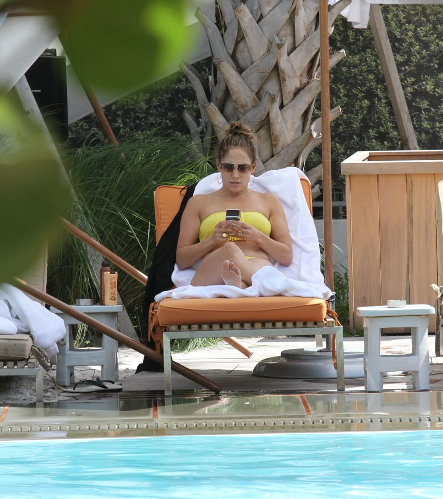 Jennifer Lopez relaxed and soaked up the rays on August 30 in Miami, where she was vacationing with boyfriend Casper Smart and kids Max and Emme.