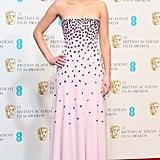 وقعنا في حب التطريز المنهمر على فستان جينيفر لورنس الوردي الفاتح في الأكاديمية البريطانية لفنون الأفلام والتلفزيون (BAFTAs).