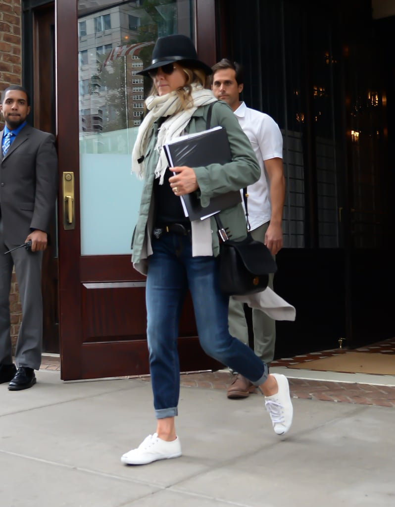 Jen Used Her Jeans To Play Up A Military Green Trench And Wide Brim Hat Jennifer Aniston