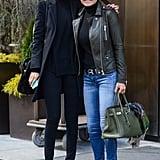 اختارت كلّ من جيجي ويولاندا الدنيم، والقمصان السوداء ذات الياقة العالية، والنظارات الشمسيّة أثناء ظهورهما خارجاً في نيويورك عام 2014.