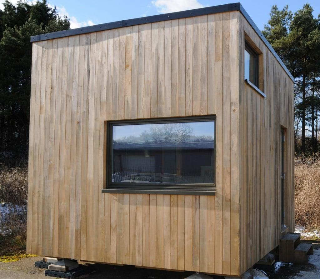 تمّ تصميم The Cube بحيث يأخذ بعين الاعتبار نمط حياة الأزواج، لذا فهو يحتوي على كلّ ما يمكن أن تحتاجه العائلة المكوّنة من شخصين. إذ يضمّ مساحة تخزين واسعة، ومقاعد للجلوس، إضافة إلى مطبخ كامل، وحمّام، وغرفة معيشة، وغسّالة، لتشكّل قائمة طويلة من وسائل الراحة المتوفّرة في هذا المنزل الصغير. لكنّ أفضل جزء منه هو تأثيره المحدود على البيئة.  فقد اُستخدم في بناء The Cube مواد مستدامة، ويحتوي على دورة مياه مُنتجة للسماد العضوي، ويستخدم الأجهزة الإلكترونيّة ذات الطاقة المنخفضة لضمان أن تكون بصمة الكربون المنبعثة أصغر من المنزل نفسه.