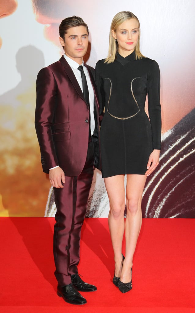 ¿Cuánto mide Zac Efron? - Estatura - Real height Zac-Efron-posed-his-onscreen-love-interest-Taylor-Schilling