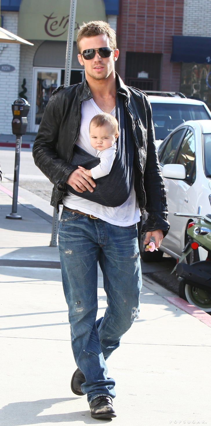 16 Baby Wearing Celebrity Dads Baby Wearing Celebrity
