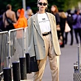 A white tee brings balance to an oversize blazer and pants. White pumps guarantee a sophisticated finish.