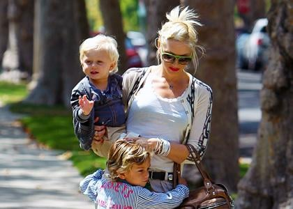 Gwen Stefani and her sons were spotted paying a visit to her parents' house in Los Angeles, California on Saturday (July 31).
