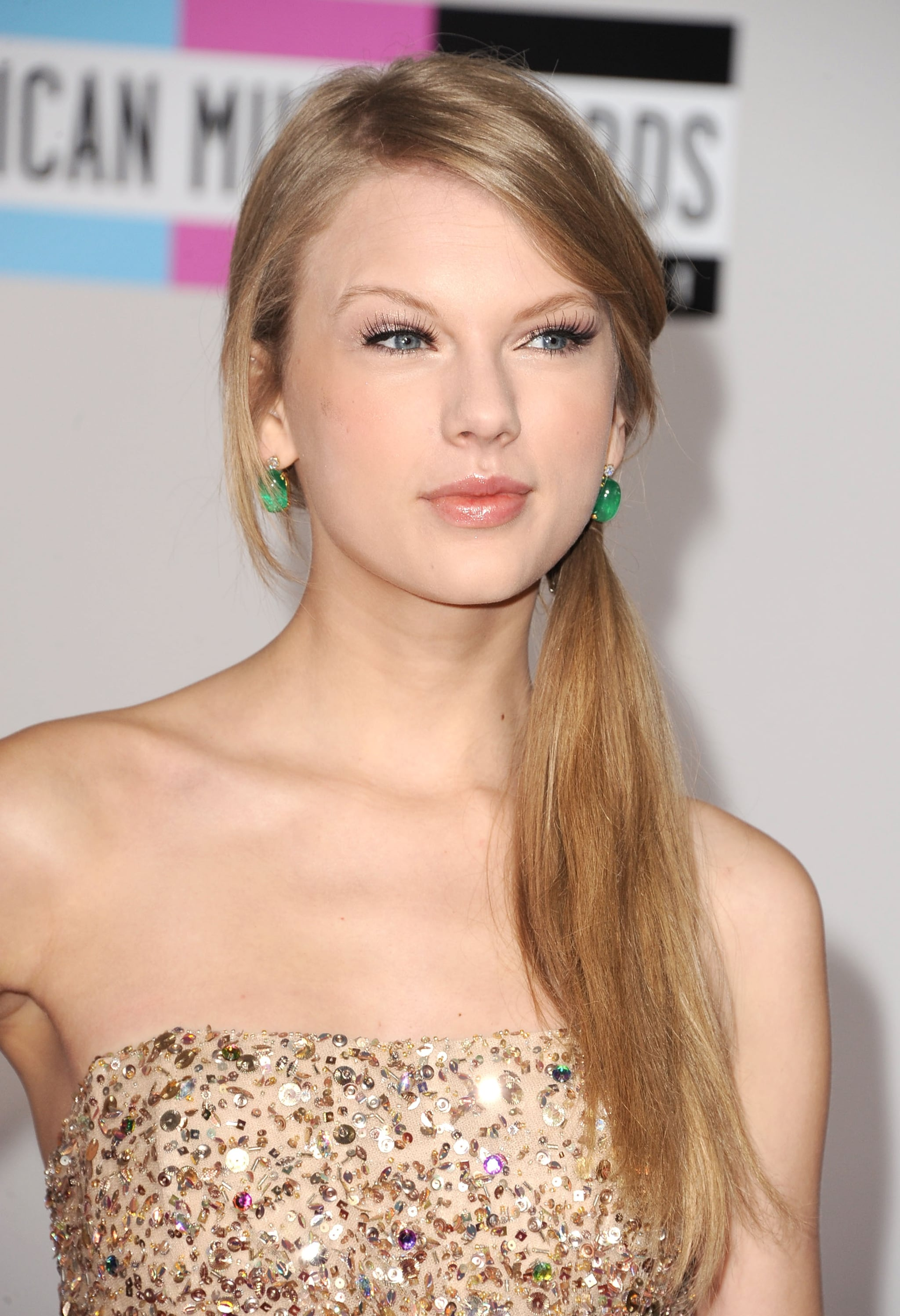 Taylor Swift showed off her green earrings at the AMAs.
