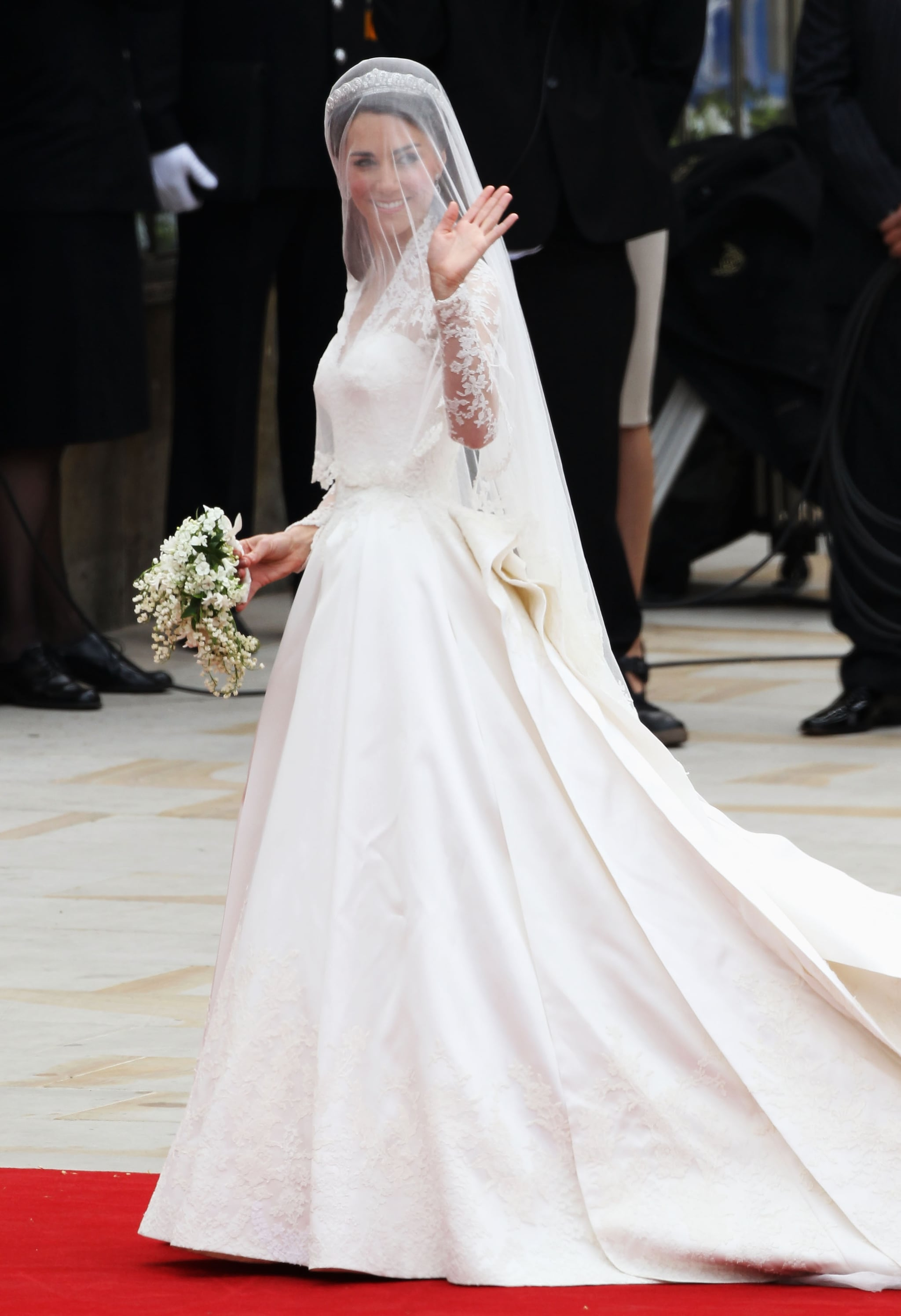 confirmed kate middleton s wedding dress is alexander mcqueen by