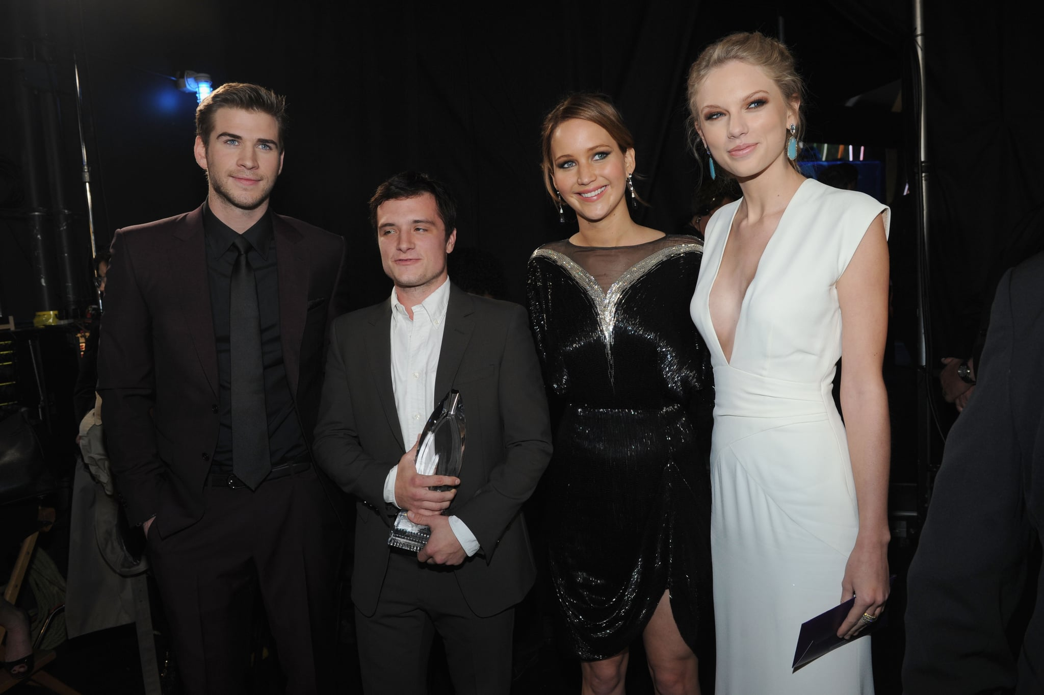 At the People's Choice Awards, the Hunger Games cast took a picture with Taylor Swift.
